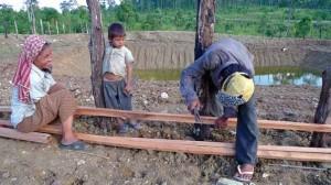 Dorfbewohner bei Bau einer Umzäunung für einen neuen Ententeich