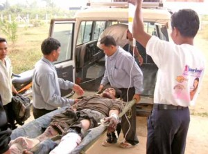 Minenopfer auf dem Weg ins Provinkrankenhaus